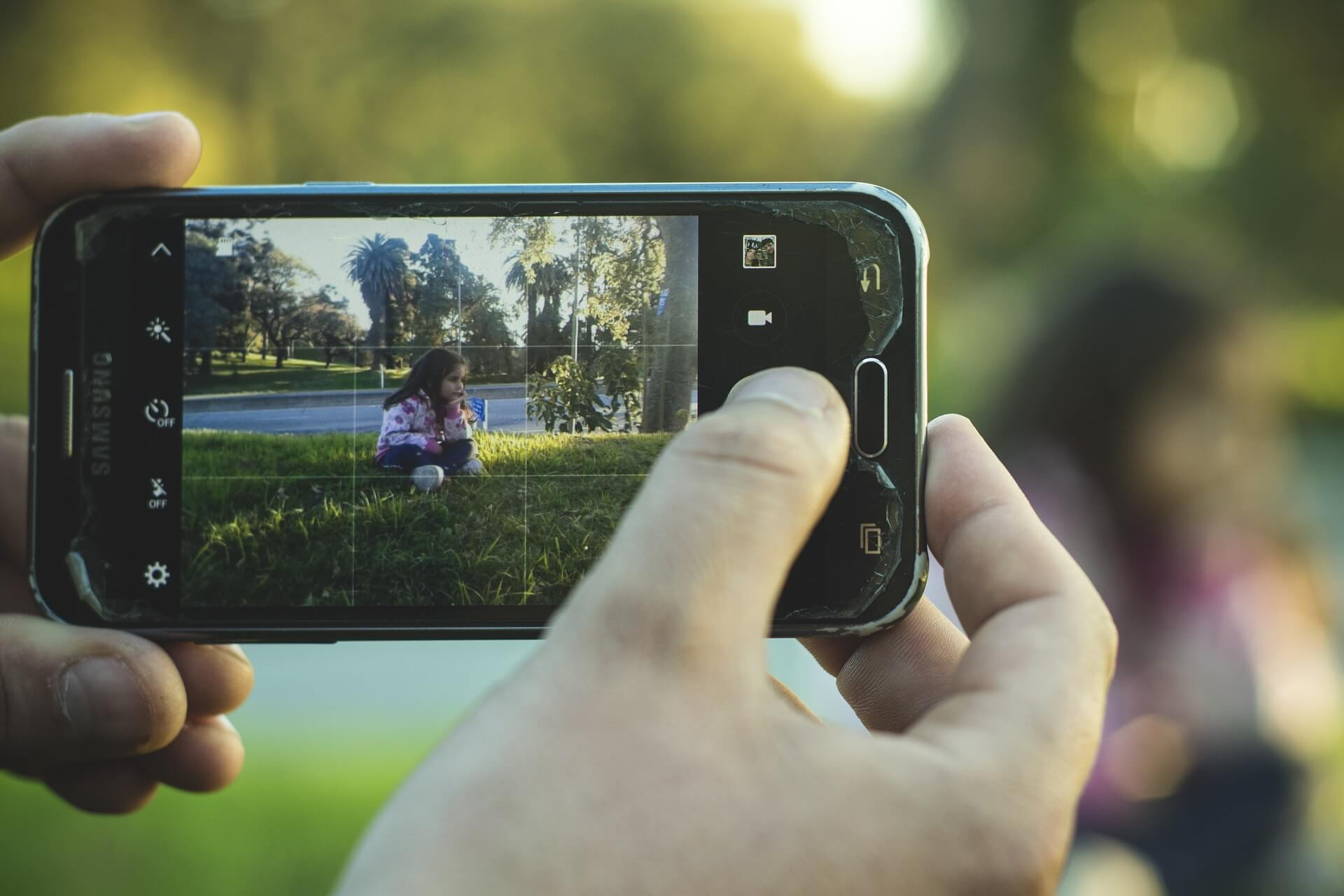 content/pt-br/images/repository/isc/2020/is-it-safe-to-post-photos-of-your-kids-online.jpg